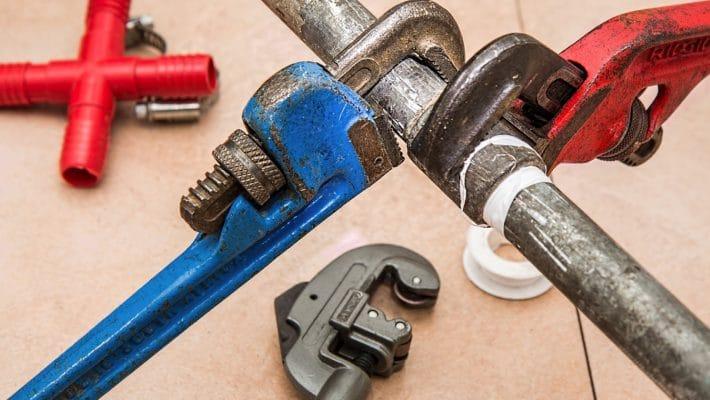 Serruriers, plombiers, électriciens, etc., comment déjouer les arnaques au dépannage à domicile ?