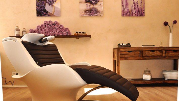 Quel rôle joue le mobilier coiffure dans un salon chaleureux ?