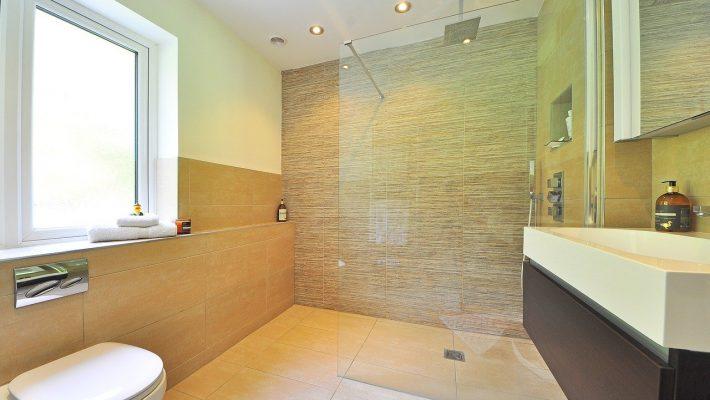 Astuces maison pour nettoyer la paroi d'une douche